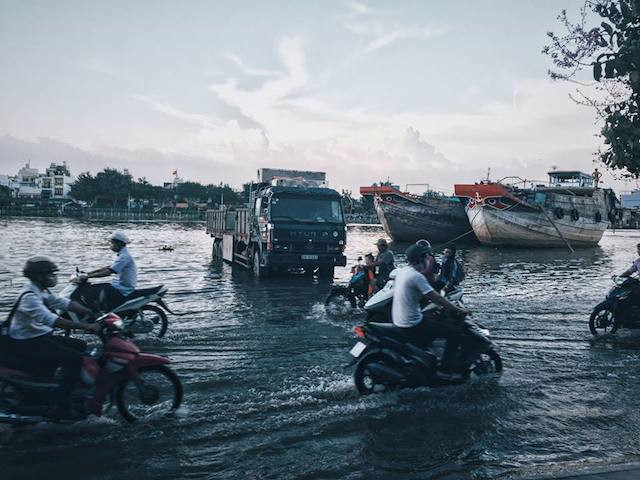 """""""Thuyền một bên và xe một bên"""". Mùa lũ ở Sài Gòn thường rất khó phân biệt đâu là biển đâu là đường"""