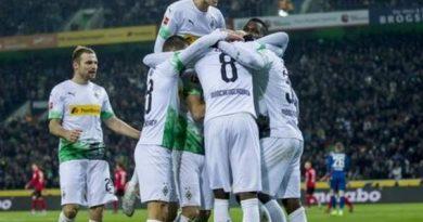 Monchengladbach giành lại ngôi đầu Bundesliga