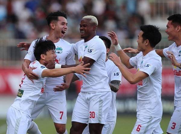 Bóng đá Việt Nam sáng 13/4: HALG may mắn khi thắng Nam Định